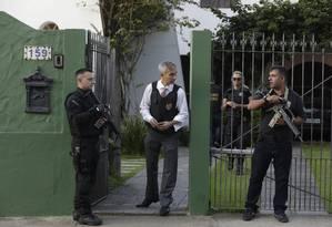A movimentação dos agentes em frente à casa de Pezão, em Piraí Foto: Custódio Coimbra / Agência O Globo
