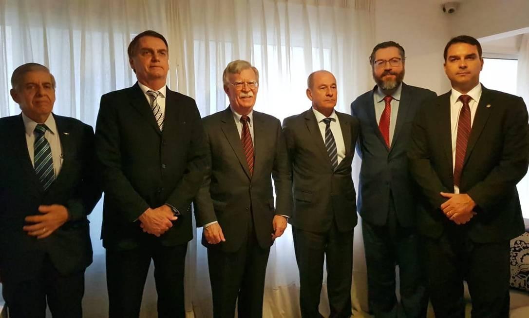 Futuro chanceler Ernesto Araújo, senador eleito Flavio Bolsonaro e nomeado para GSI, general Heleno, participam de encontro com John Bolton no Rio Foto: Assessoria de Imprensa Jair Bolsonaro
