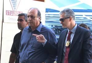 O governador Pezão é conduzido por agentes à sede da Polícia Federal Foto: Fabiano Rocha / Agência O Globo