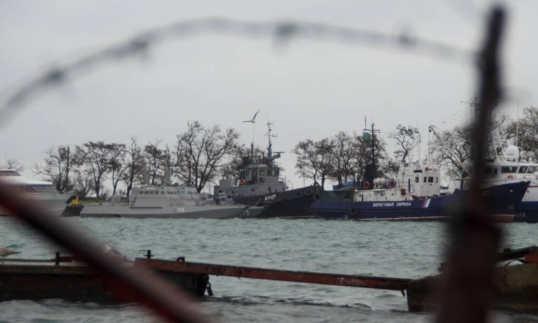Três embarcações ucranianas retidas pela Rússia são vistas ancoradas em porto de Kerch, na Crimeia Foto: Alla Dmitrieva / REUTERS