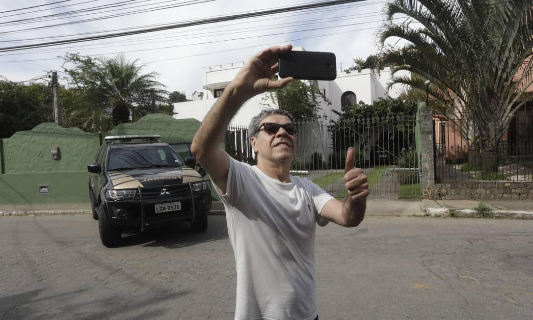 Antonio Carlos Araujo gostou da prisão do governador e foi à sua casa fazer uma selfie Foto: Custódio Coimbra / Agência O Globo
