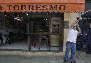 Geraldo Teixeira, dono do Rei do Torresmo, abrindo seu bar Foto: Custódio Coimbra / Agência O Globo