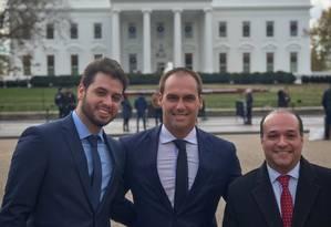 Eduardo Bolsonaro (ao centro) acompanhado de Filipe Martins (à esquerda, diretor da Assuntos Internacionais do PSL) e Márcio Coimbra (à direita) Foto: Reprodução/Twitter