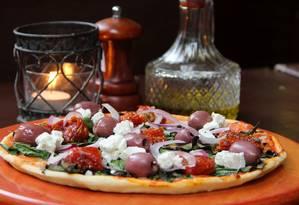 A pizza Eclipse, da Don Carlo's, leva azeitona preta, espinafre, ricota fresca, tomate seco e cebola roxa: a partir de R$ 31,90 Foto: Divulgação/Lilian Sader