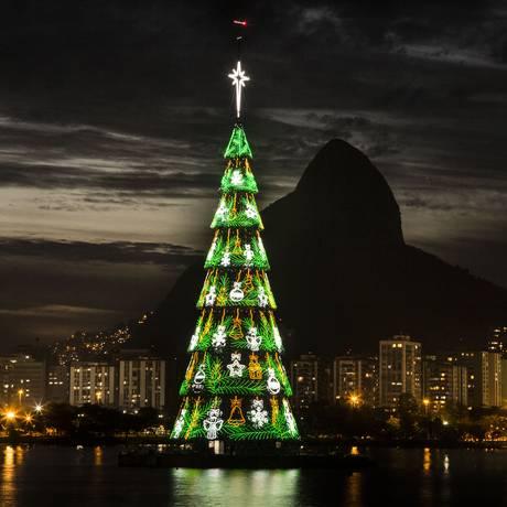 Anjos, sinos, estrelas e bolas de Natal decoram a árvore Foto: Guito Moreto / Agência O Globo