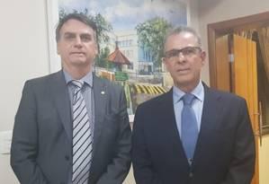 O presidente eleito Jair Bolsonaro e o almirante Bento Costa Lima Leite, escolhido para ser o novo ministro de Minas e Energia Foto: Reprodução Twitter