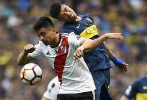 Gonzalo Martínez e Lucas Olaza disputam a bola na primeira partida da final Foto: EITAN ABRAMOVICH / AFP