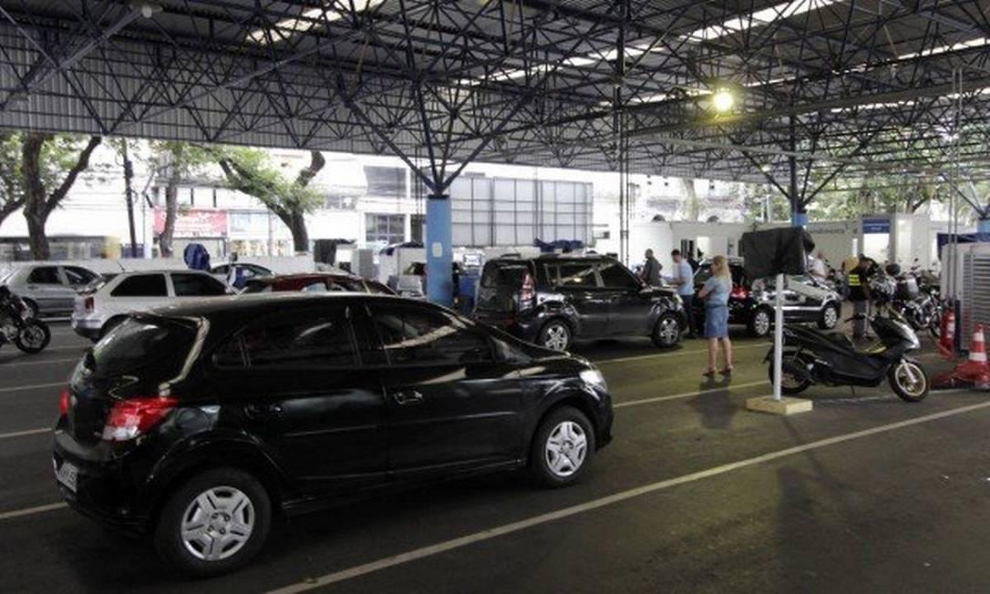 Posto de vistoria do Detran: datas de vencimento das parcelas do IPVA 2019 vão até abril Foto: Paulo Nicolella / Agência O Globo