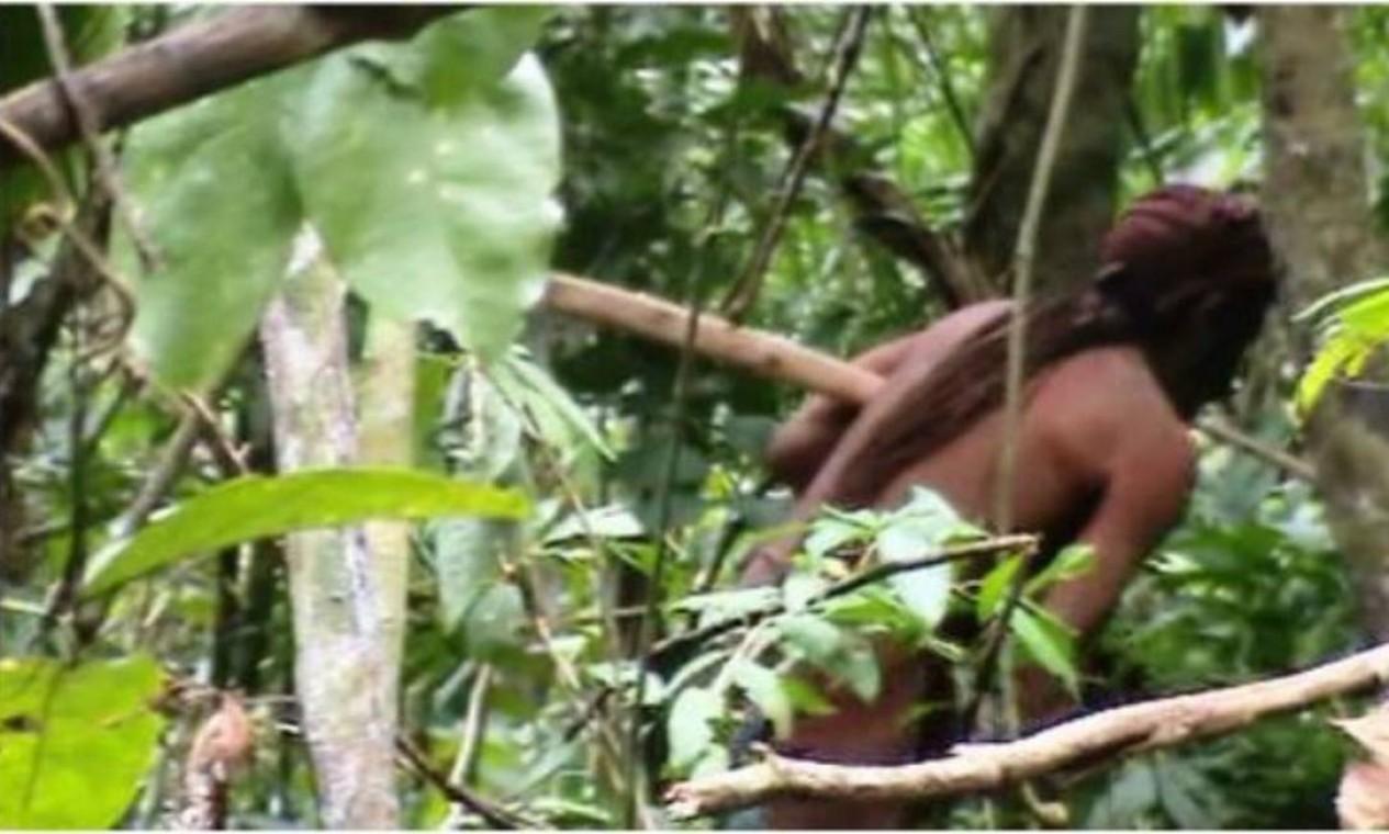 Índio isolado da tribo indígena Tanaru, em Rondônia. De acordo coma Funai, o Brasil tem 114 registros de índios isolados ou de recente contato Foto: Reprodução / Agência O Globo