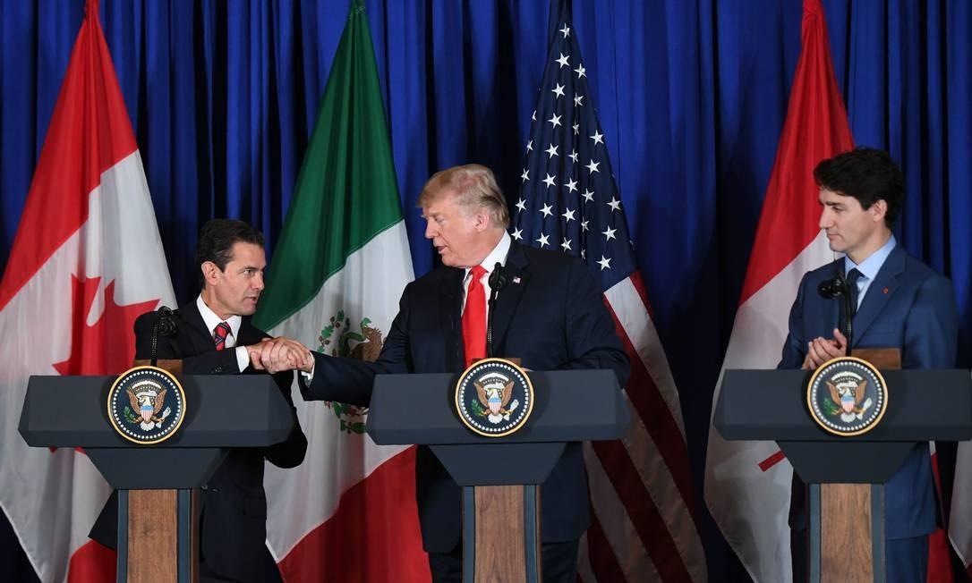 O presidente mexicano, Enrique Peña Nieto (à esquerda), o presidente americano, Donald Trump e o primeiro-ministro canadense, Justin Trudeau em cerimônia de assinatura do novo acordo comercial, em Buenos Aires Foto: Martin Bernetti/AFP