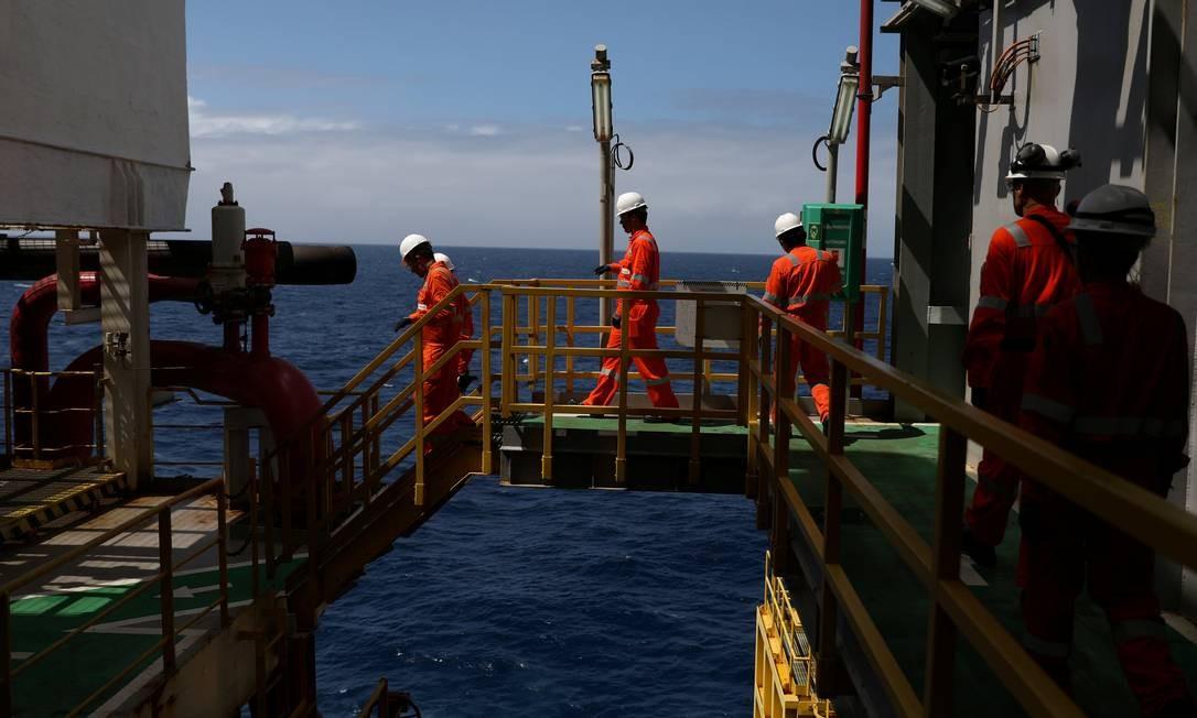 Futuro ministro terá que conduzir a organização de um megaleilão de petróleo no pré-sal com potencial de arrecadação que chega a R$ 100 bilhões Foto: Pilar Olivares/Reuters/05-10-2018
