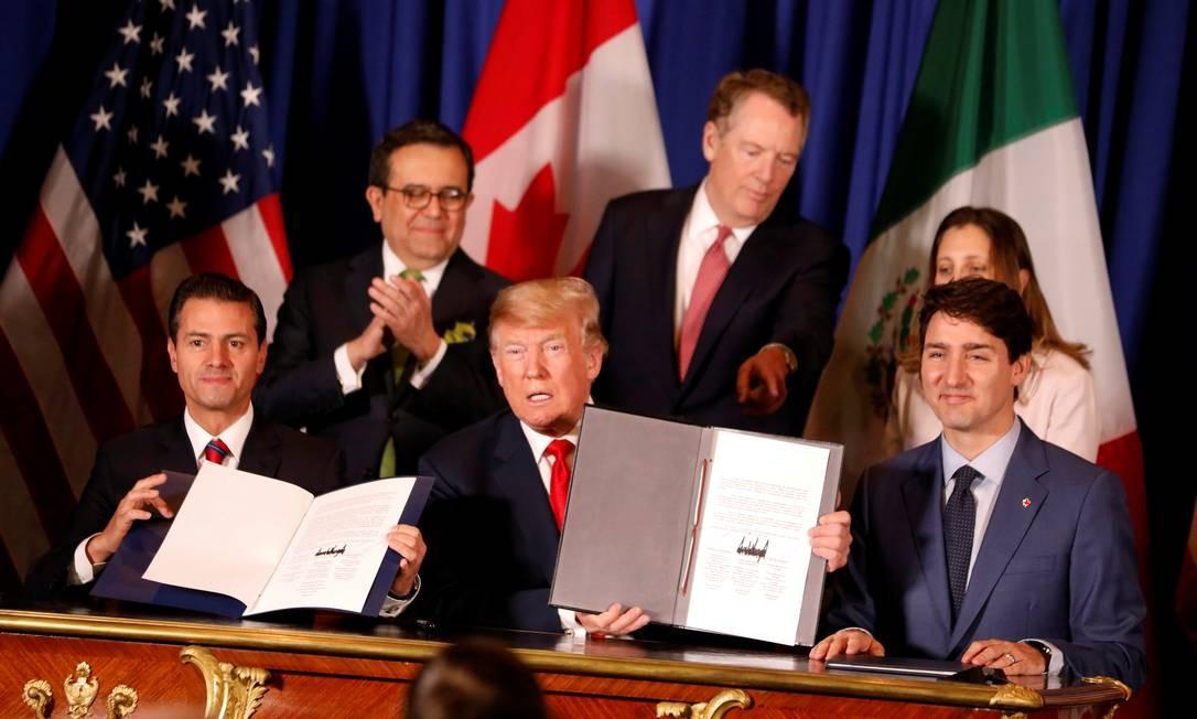 Os presidentes do México, Enrique Peña Nieto (à esquerda) e o dos Estados Unidos, Donald Trump, e o primeiro-ministro canadense, Justin Trudeau, em cerimônia de assinatura do novo acordo comercial, em Buenos Aires Foto: ANDRES STAPFF / REUTERS