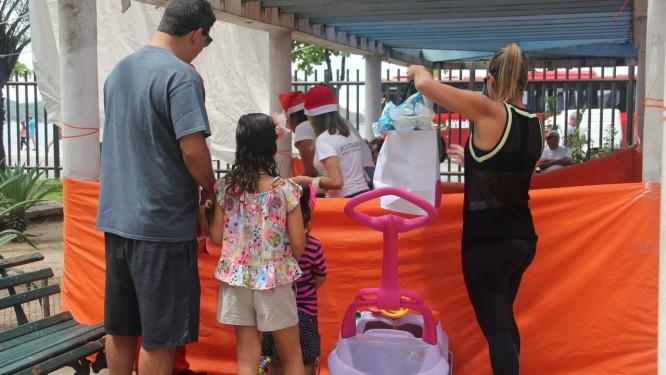 Expectativa. Crianças, acompanhadas dos responsáveis, aguardam para receber presentes durante ação solidária do Projeto Sempre Criança Foto: Divulgação/Sempre Criança