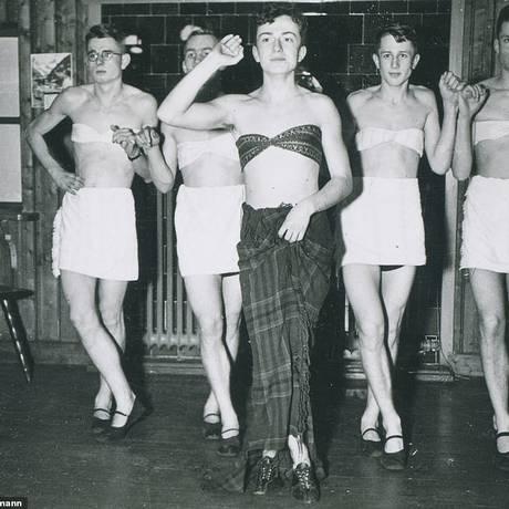 Soldados nazistas fazem performance de dança usando vestidos Foto: Divulgação