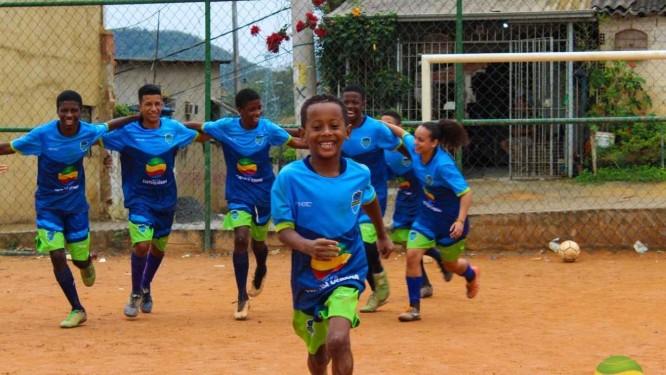 Crianças e adolescentes atendidos pelo projeto Jovens Campeões Foto: Divulgação