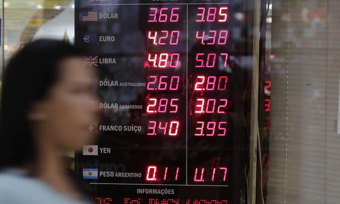 Com dólar em alta, fundos cambiais foram a melhor aplicação de novembro Foto: Agência Oglobo / Alexandre Cassiano
