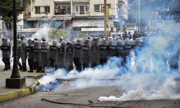 Policiais venezuelanos em protesto de estudantes Foto: Yuri Cortez / AFP