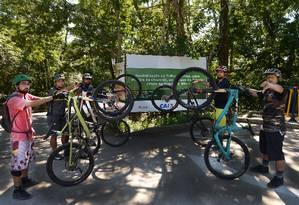 Praticantes de mountain bike na Waimea: obra da pista estava prevista para ser concluída em outubro Foto: Antonio Scorza / Agência O Globo
