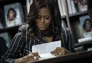 """Michelle Obama autografa cópias de primeiro livro, """"Becoming"""", em Nova York Foto: Drew Angerer / AFP"""