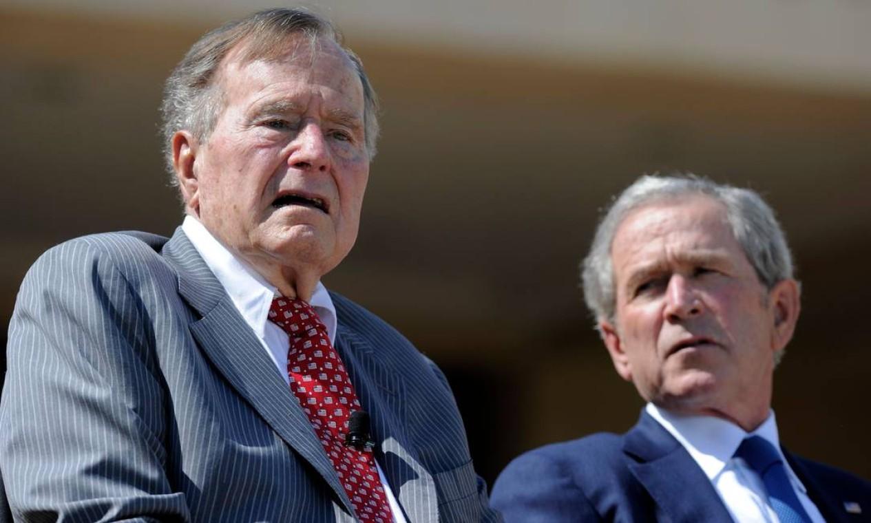 Os ex-presidentes George H.W. Bush e George W. Bush participaram juntos de uma cerimônia em homenagem a eles em 2013 Foto: JEWEL SAMAD / AFP/25-04-2013