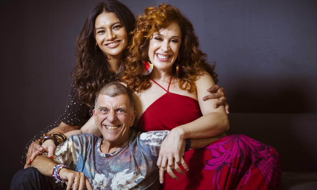 O diretor Jorge Fernando entre as atrizes Cláudia Raia e Dira Paes, estrelas da novela 'Verão 90' Foto: Leo Martins / Agência O Globo