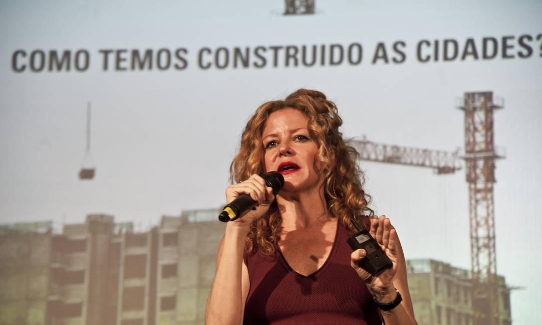 Carol Bueno palestrou sobre como viver bem dentro de cidades e como esses espaços devem ser projetados no futuro Foto: Adriana Lorete / Agência O Globo