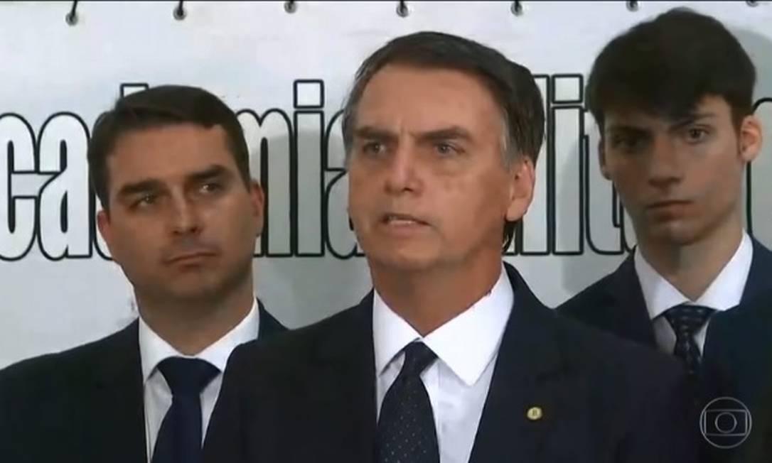 O presidente eleito Jair Bolsonaro ao lado dos filhos em coletiva à imprensa neste sábado Foto: Reprodução