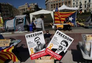 Cartazes pedem a libertação dos separatistas catalães Jordi Sanchez e Jordi Cuixart Foto: Susana Vera / REUTERS