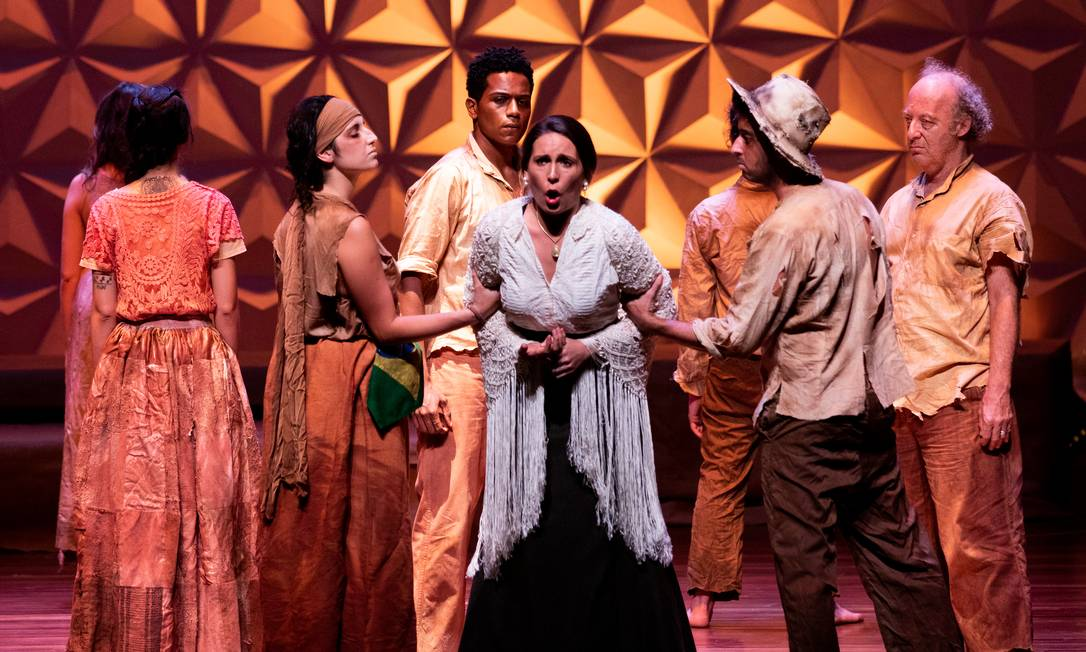 A ótima soprano argentina Laura Pisani (ao centro) arrebata numa ópera emoldurada pelo povo de Canudos Foto: Vitor Jorge / Divulgação