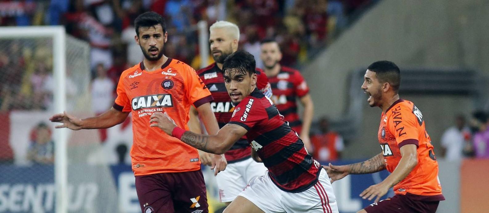 750deba10aa8c Paquetá recebe a marcação de dois jogadores do Atlético-PR no adeus ao  Flamengo Foto