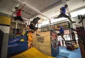 Praticantes da Parkour treinam no Espaço Voltz, especializado na prática da modalidade Foto: Guito Moreto