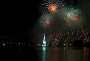 A Árvore de Natal da Lagoa foi inaugurada neste sábado com uma queimade fogos de sete minutos Foto: Marcelo Theobald / Agência O Globo