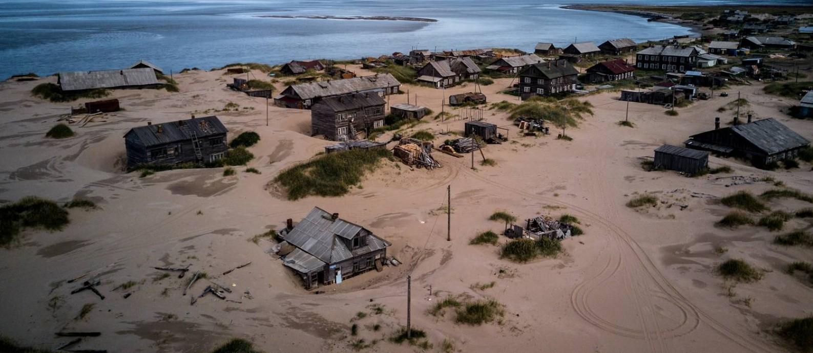 Avanço. A areia cobriu as ruas de Shoyna, aldeia russa no Ártico; pelo menos 20 construções já desapareceram Foto: SERGEY PONOMAREV / NYT