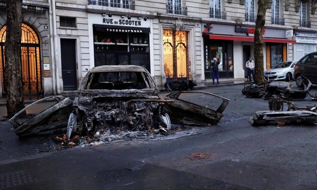 Carros queimados nas ruas de Paris neste domingo, um dia depois de mais episódios de violência em manifestações dos chamados 'coletes amarelos' Foto: AFP/GEOFFROY VAN DER HASSELT