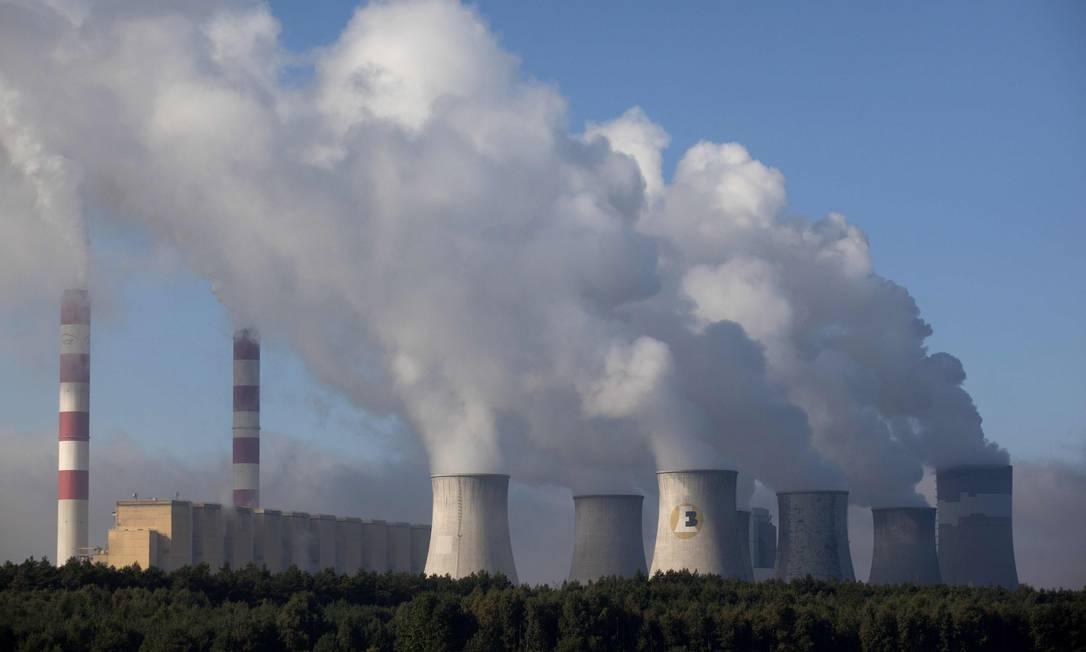 Imagem da usina de Belchatow, perto de Lodz, no centro da Polônia: país que sedia conferência tem no 'sujo' carvão uma de suas principais fontes de energia Foto: AFP/DAREK REDOS/27-09-2011