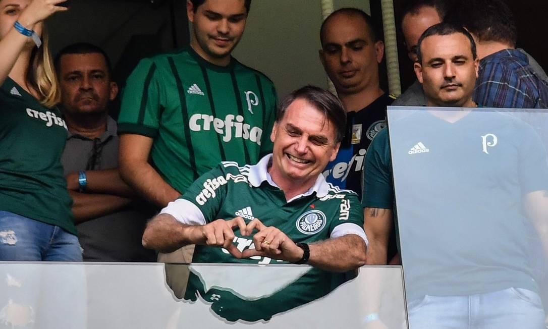 Bolsonaro acena para torcedores no estádio do Palmeiras Foto: NELSON ALMEIDA / AFP