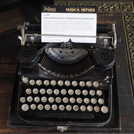 A máquina de escrever de Hugh Hefner, fundador da Playboy, foi o item mais caro arrematado no leilão de seu acervo Foto: Robyn Beck / AFP