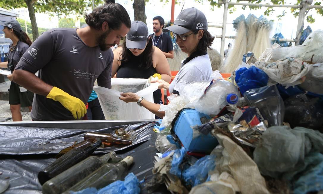 Voluntários fazem triagem e pesagem e resíduos recolhidos nas Ilhas Cagarras Foto: Roberto Moreyra / Agência O Globo