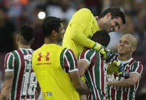 Marcos Júnior, à direita, comemora o pênalti defendido por Júlio César Foto: Antonio Scorza