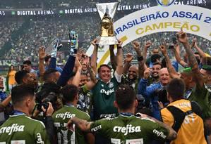 Bolsonaro se junta aos jogadores e levanta taça de campeão do Palmeiras Foto: NELSON ALMEIDA / AFP