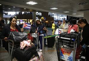 Embarque de médicos cubanos de volta para a ilha, em novembro, no aeroporto de Brasília Foto: Ailton de Freitas / Agência O Globo