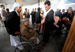 Combatente houthi ferido segura passaporte em aeroporto de Sanaa em partida do Iêmen Foto: MOHAMED AL-SAYAGHI / REUTERS