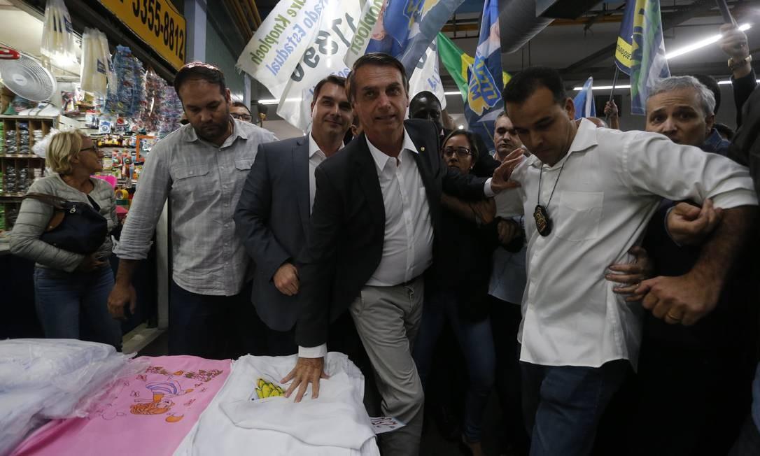 Durante a campanha à Presidência, Jair Bolsonaro, acompanhado do filho, Flavio, percorreu os corredores do Mercadão de Madureira em 27/08/2018 Domingos Peixoto / Agência O Globo