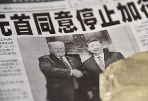Jornal chinês traz na manchete o acordo entre Donald Trump e Xi Jinping Foto: Greg Baker/AFP