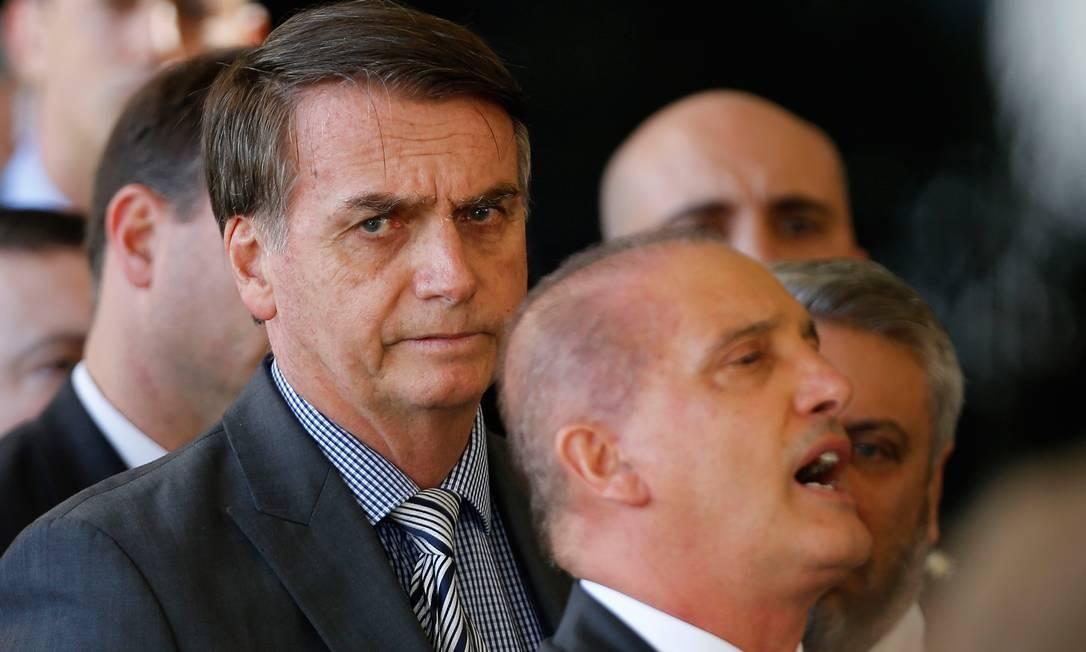 O presidente eleito Jair Bolsonaro e seu futuro ministro da Casal Civil, Onyx Lorenzoni (à frente) Foto: Jorge William / Agência O Globo