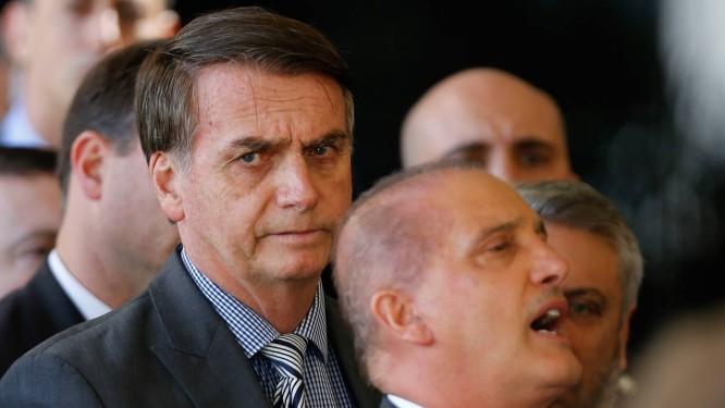 O presidente eleito Jair Bolsonaro e seu futuro ministro da Casa Civil, Onyx Lorenzoni (à frente) Foto: Jorge William / Agência O Globo