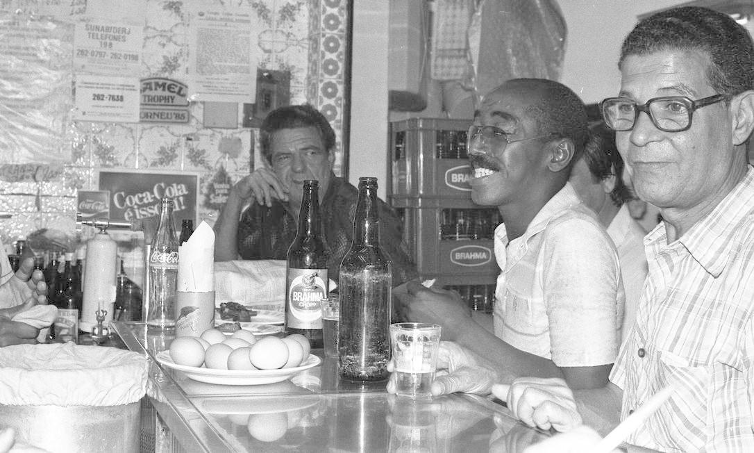 Amigos tomam cerveja e comem ovos cozidos em bar do Mercadão em 05/09/1986 José Leomar / Agência O Globo