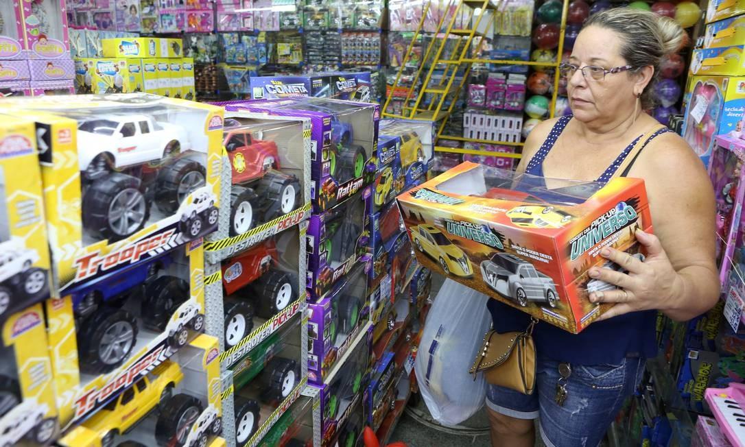 Consumidora escolhe brinquedos para o Natal de 2015 Guilherme Pinto em 12/11/2015 / Agência O Globo