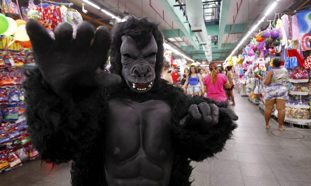 Uma fantasia de gorila à venda no Mercadão: carnaval aquece as vendas Thiago Freitas em 09/01/2016 / Agência O Globo