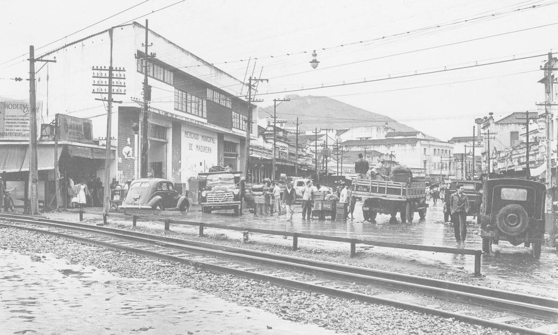 Em foto de agosto de 1961, caminhões de entrega na frente do Mercadão Reprodução